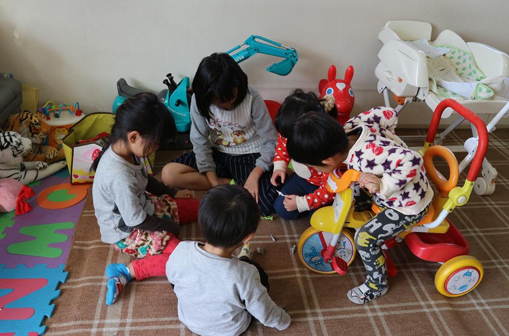 キッズスペースで遊ぶ子供たち